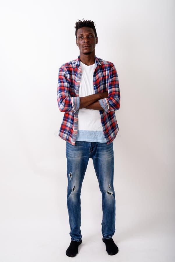 Полная съемка тела молодого положения человека черного африканца с cro оружий стоковая фотография