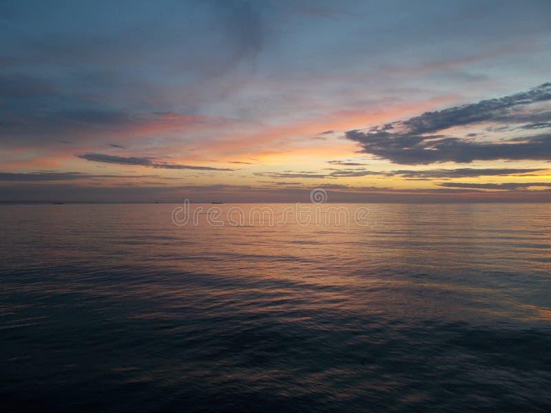 Полное затишье в океане перед восходом солнца стоковые фото