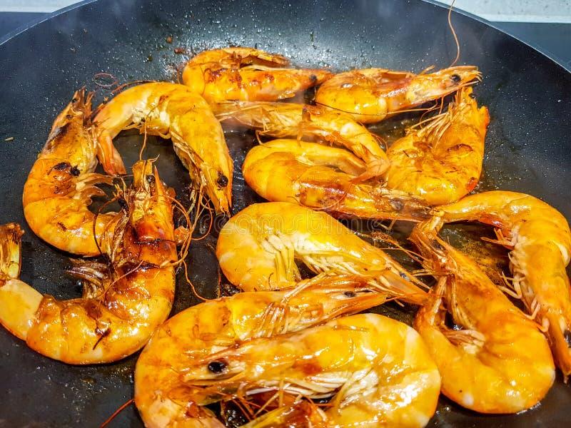 Полное изображение креветки жаря на гриле ресторана стоковое изображение rf