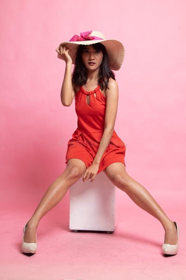Полное тело красивой молодой азиатской женщины распологая со шляпой стоковое фото rf