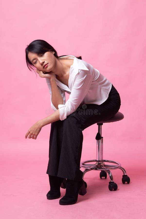 Полное тело красивой молодой азиатской женщины сидит на стуле стоковые изображения