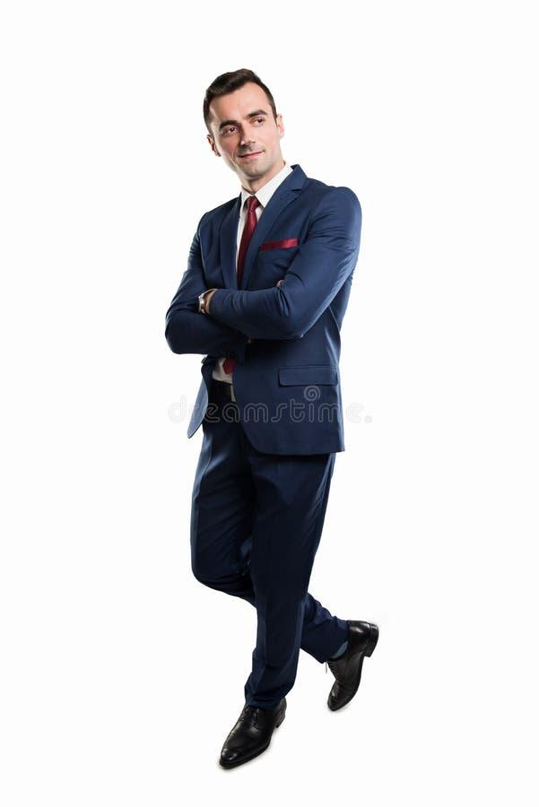 Полное тело привлекательного бизнесмена представляя при пересеченные оружия стоковые фотографии rf