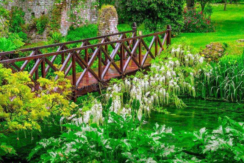 Полное Green River моста сказки яркое деревянное цветков в орнаментальном саде стоковое фото rf