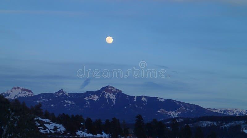 Полнолуние над горами в зиме стоковые изображения rf