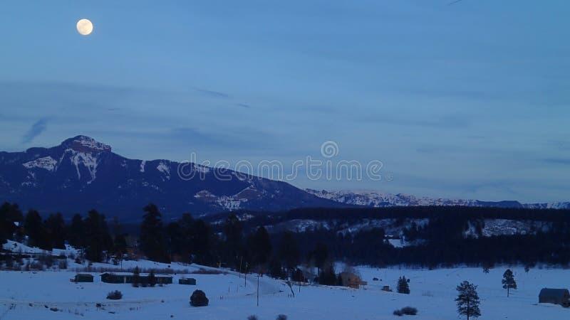 Полнолуние над горами в зиме стоковое фото rf