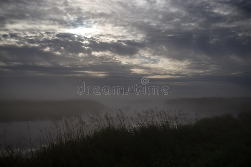 Полнолуние над туманным рекой Stochid в Volyn Ландшафт света луны вечером Ночь лета удя время стоковая фотография rf