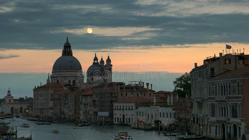 Полнолуние поднимая над базиликой St Mary, Венецией стоковые фото