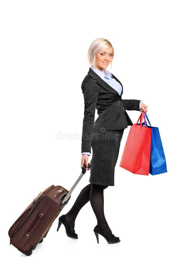 полнометражная женщина нося чемодана портрета стоковые фото