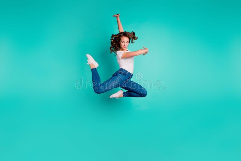 Полнометражный взгляд размера тела ее она волнист-с волосами славной привлекательной прекрасной грациозной профессиональной sport стоковое изображение rf
