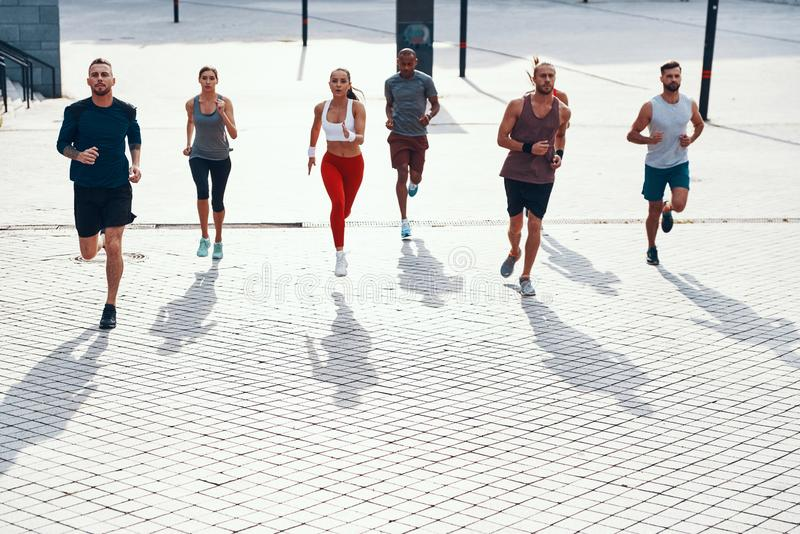 Полнометражный взгляд сверху людей в одежде спорт стоковые изображения rf