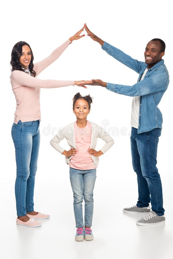 полнометражный взгляд счастливой Афро-американской семьи усмехаясь на камере стоковое фото rf