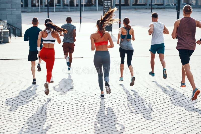 Полнометражный вид сзади людей в одежде спорт стоковое изображение rf
