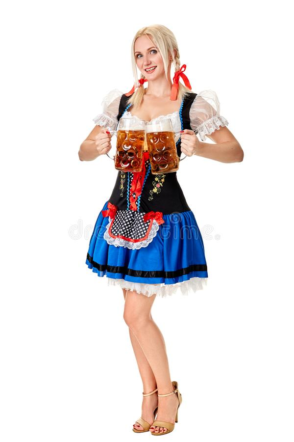 Полнометражный портрет белокурой женщины при традиционный костюм держа стекла пива изолированный на белой предпосылке стоковые фото