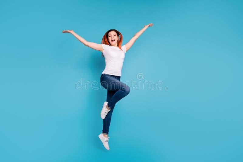 Полнометражный портрет взгляда размера тела ее она футболка славной привлекательной жизнерадостной веселой girlish девушки нося б стоковое изображение