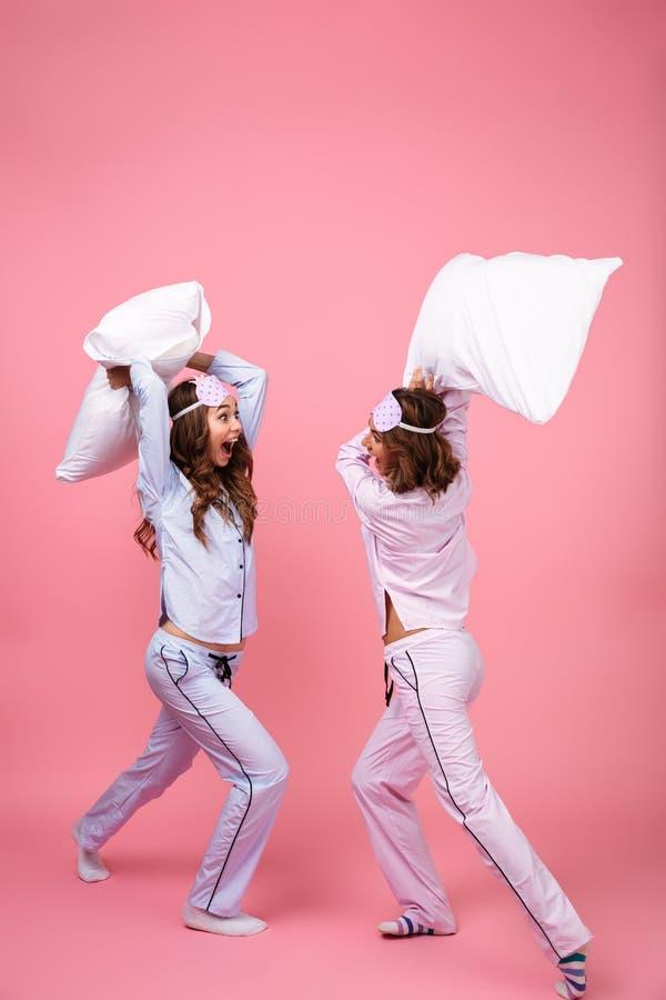 Полнометражный портрет 2 возбудил девушек одетых в пижамах стоковые изображения rf