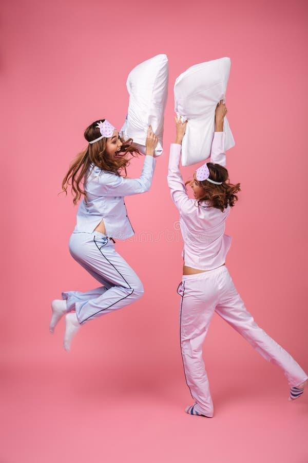 Полнометражный портрет 2 возбудил милых девушек стоковое фото rf