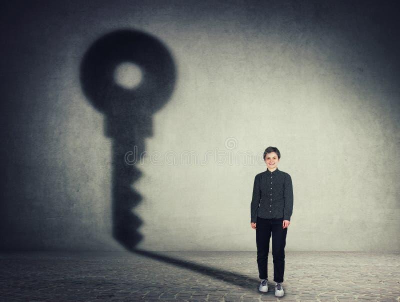 Полнометражный портрет красивой коммерсантки, бросая ключевую тень на стене Концепция гонора и успеха в бизнесе стоковое изображение rf