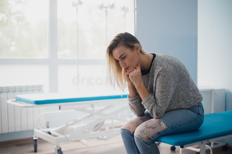 Полнометражный портрет медицинского осмотра женщины ждать стоковая фотография