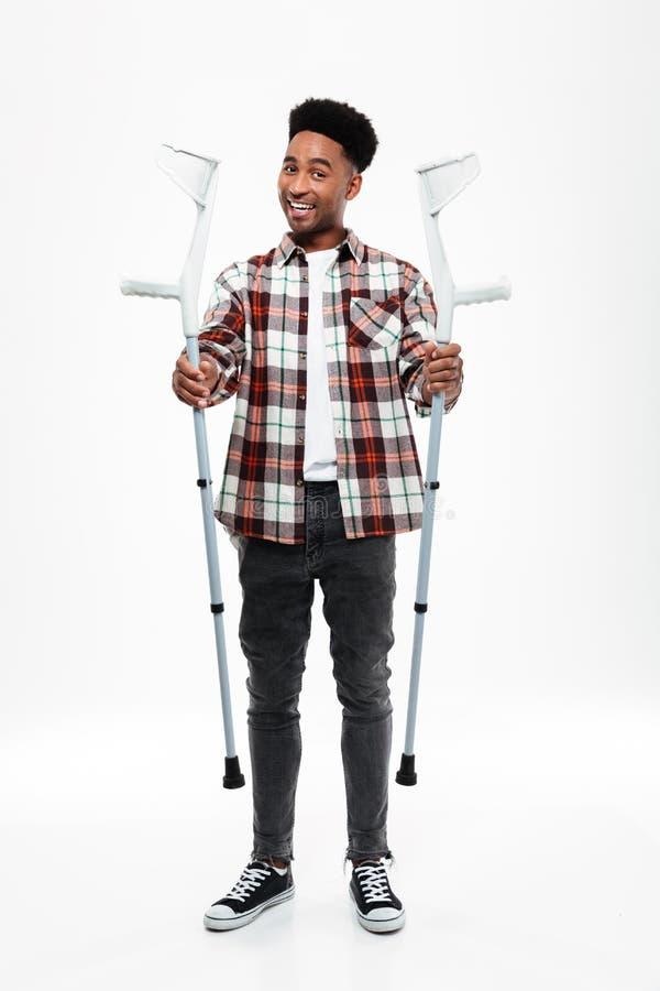 Полнометражный портрет молодого афро американского человека стоковые фотографии rf