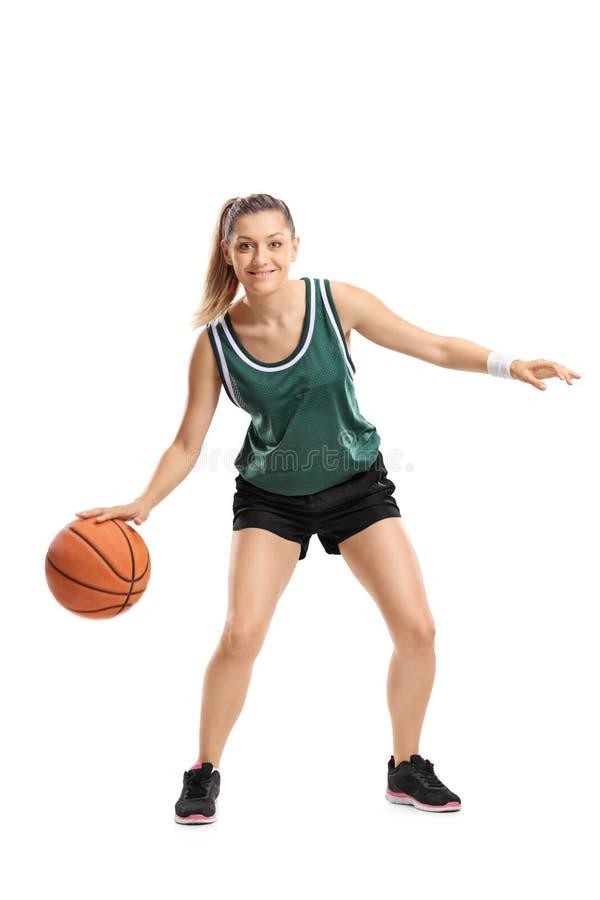 Полнометражный портрет молодой женщины играя баскетбол стоковые изображения