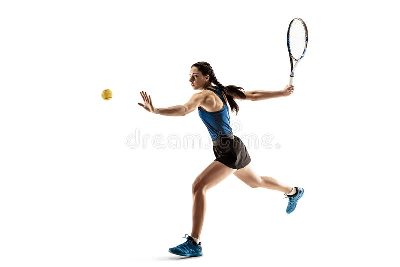 Полнометражный портрет молодой женщины играя теннис изолированный на белой предпосылке стоковое изображение