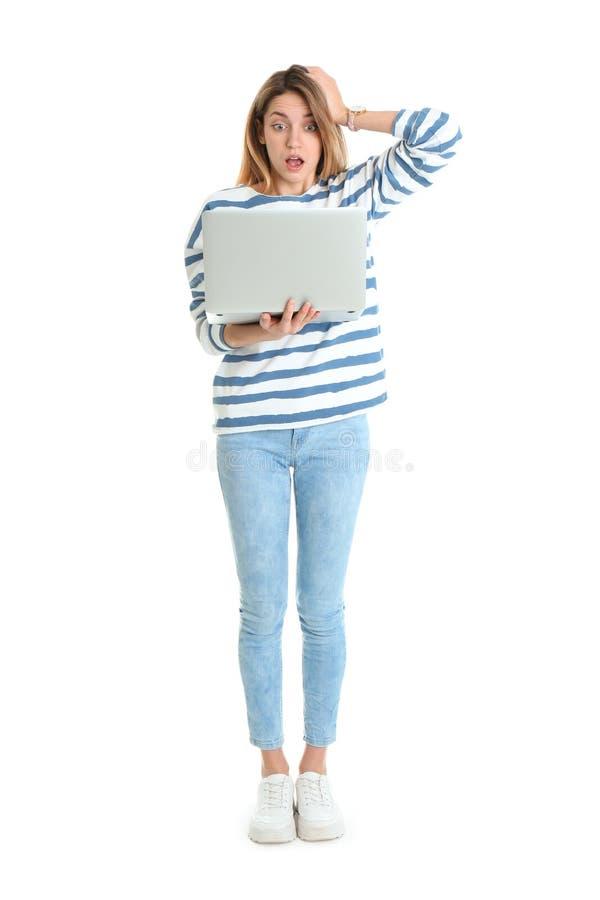 Полнометражный портрет сотрясенной молодой женщины в случайном обмундировании с ноутбуком стоковое фото