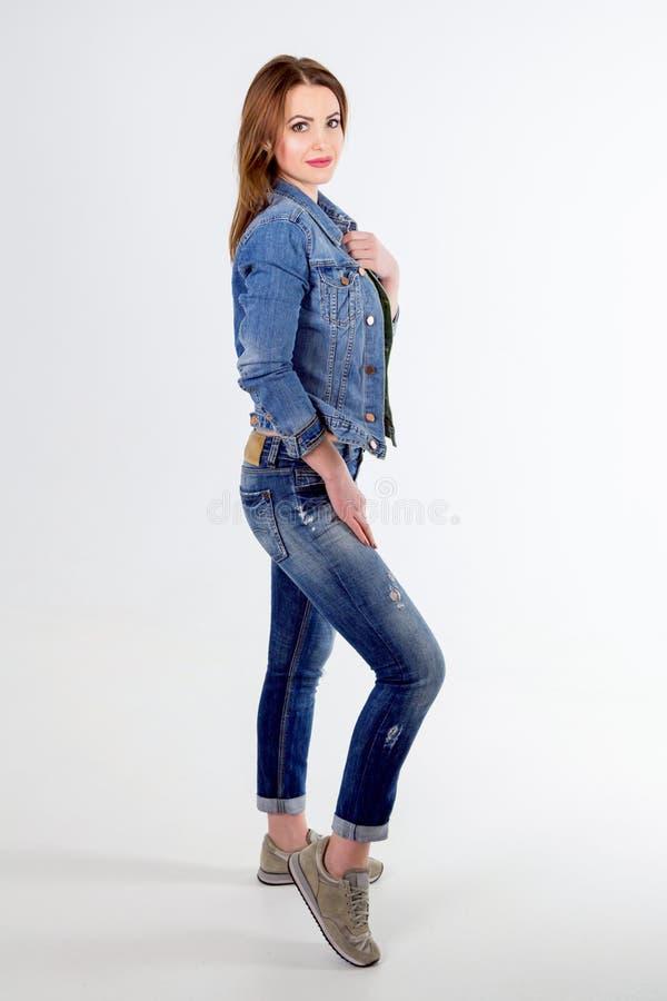 Полнометражный портрет студии красивой молодой усмехаясь женщины стоковое фото