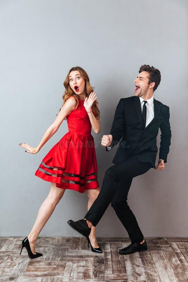 Полнометражный портрет счастливой excited пары стоковая фотография