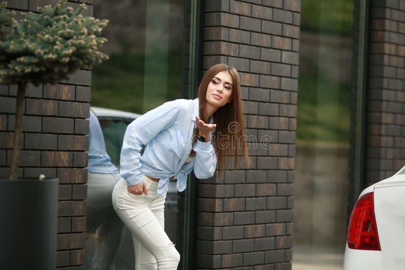 Полнометражный портрет ультрамодной девушки хипстера стоя на темной предпосылке кирпичной стены Городская концепция моды E стоковое изображение