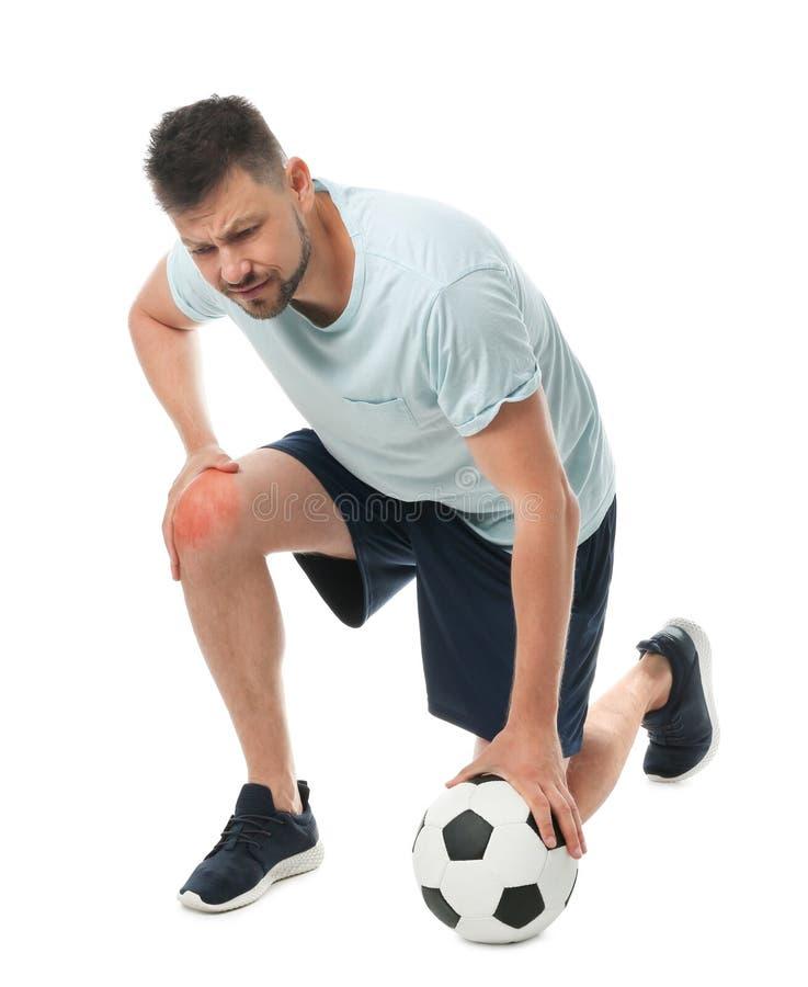 Полнометражный портрет футболиста с шариком имея проблемы колена стоковые фотографии rf