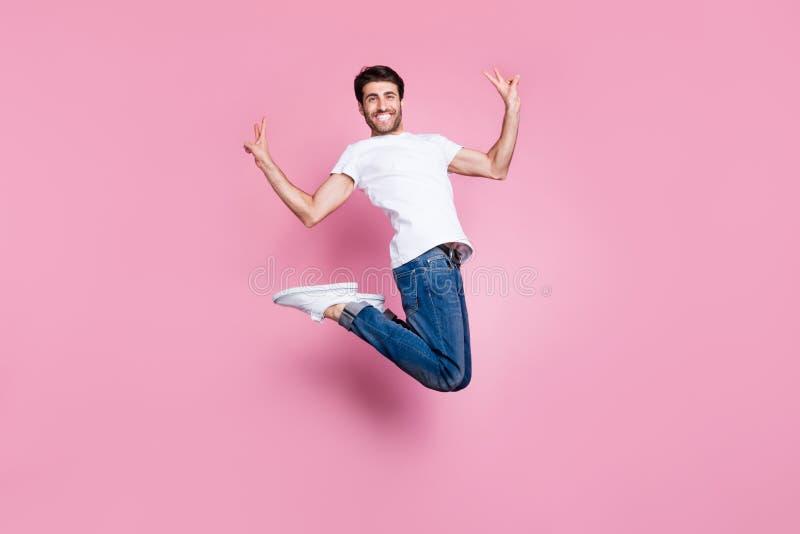 полноразмерное фото позитивного веселого фанки-средне-восточного мужчины прыжок имеют свободное время чувствуют, что эмоции содер стоковое фото rf