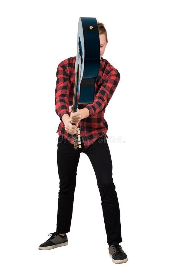 Полноразмерный портрет злого парня, бросающего гитару, пытаясь сломать ее, изолированный на белом фоне Растерянный парень не имее стоковое фото rf