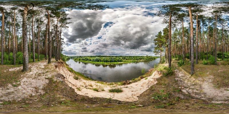 Полностью безшовная сферически панорама hdri 360 градусов взгляда угла на высоком банке широкого neman реки около леса pinery в в стоковые изображения rf