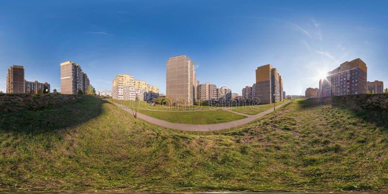 Полностью безшовные 360 угла взгляда панорамы многоэтажного здания района градусов квартала городского развития жилого в вечере в стоковые изображения