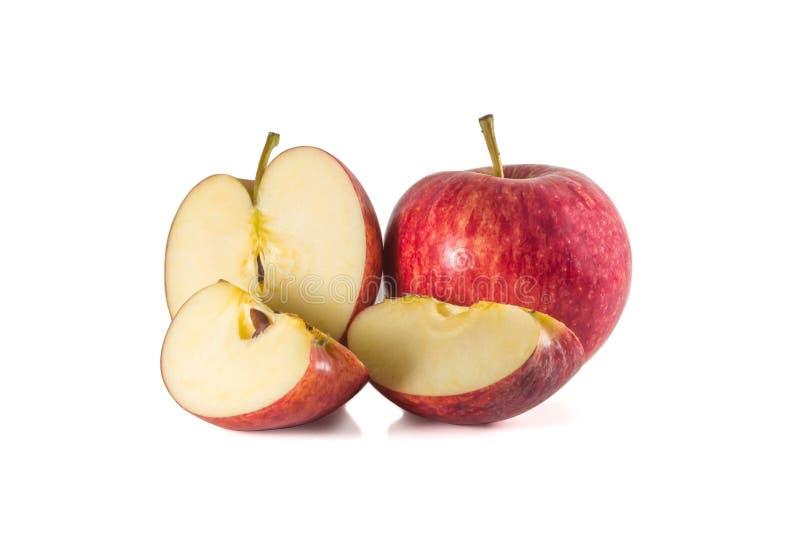 Полностью зрелое свежее красное яблоко со своей половиной и 2 небольшими частями изолированными на белой предпосылке стоковая фотография rf