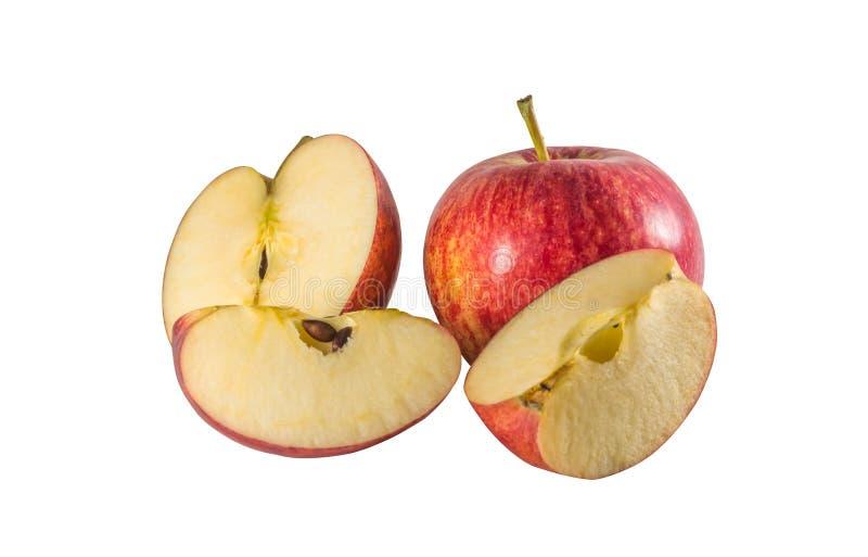 Полностью зрелое свежее красное яблоко со своей половиной и 2 небольшими частями изолированными на белой предпосылке стоковые фотографии rf