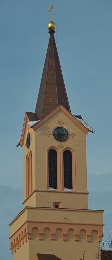Полностью реконструированная оранжевая правоверная башня церковного колокола стоковое изображение