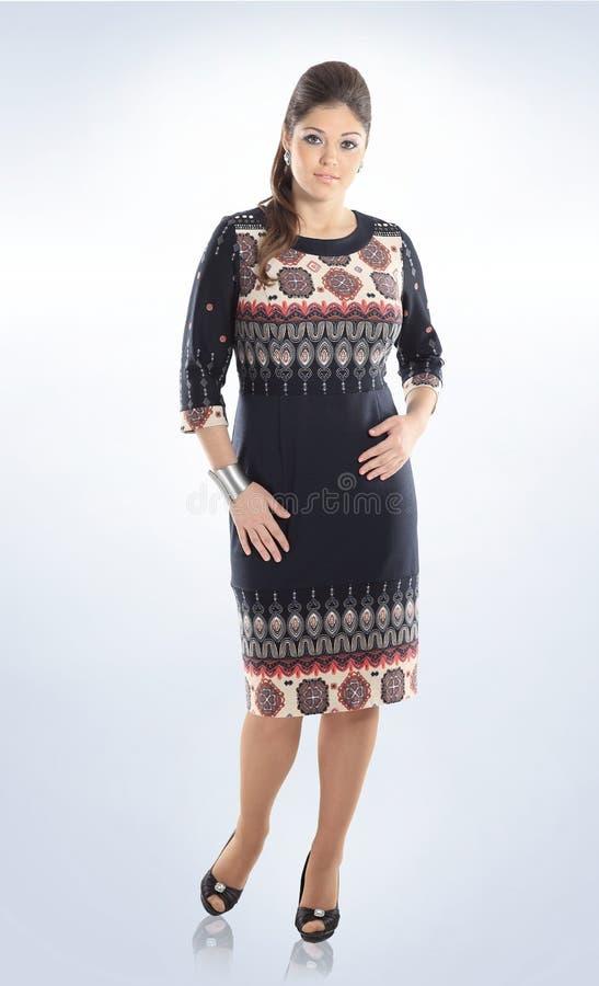 Полностью рост Красивая женщина в платье с орнаментом Изолировано на белизне Добавочный размер стоковые изображения