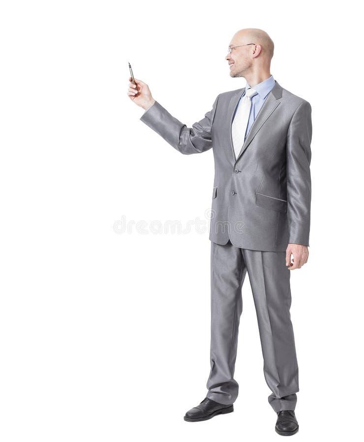 Полностью рост Красивый бизнесмен указывая на космос экземпляра стоковое фото