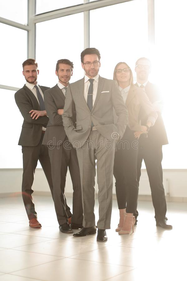 Полностью рост, счастливая группа в составе бизнесмены стоковая фотография rf