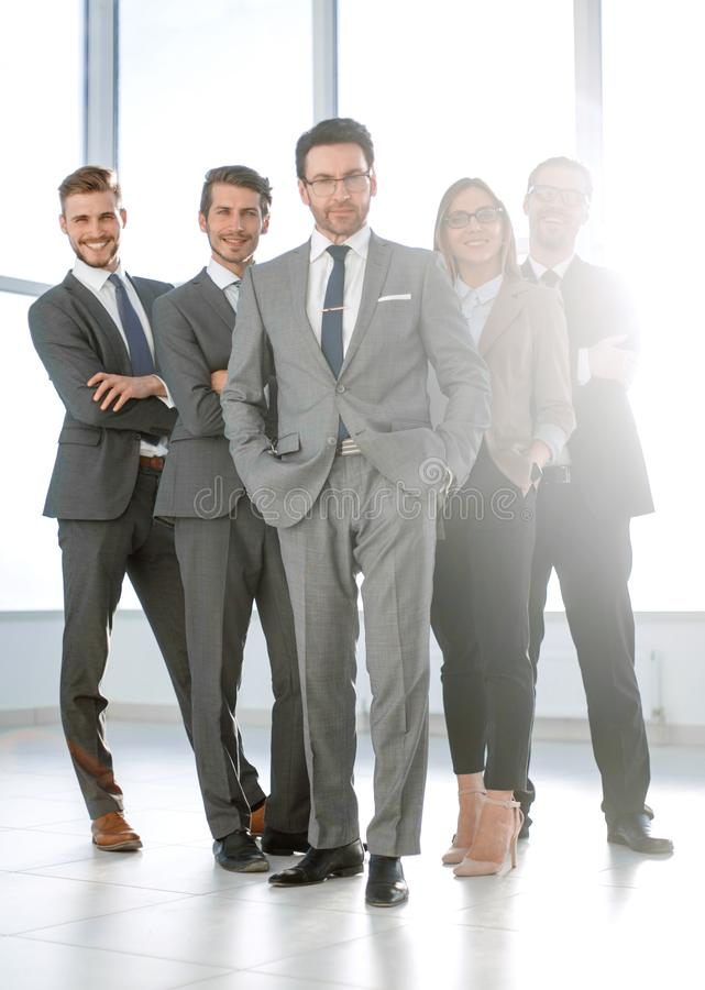 Полностью рост, счастливая группа в составе бизнесмены стоковые фотографии rf