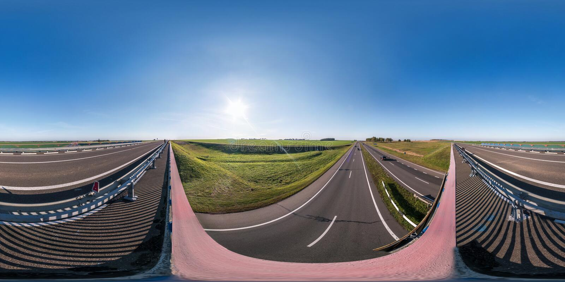 Полностью сферически безшовные 360 градусов двигают под углом панорама взгляда на мосте транспортной развязки скоростного шоссе в стоковое фото rf