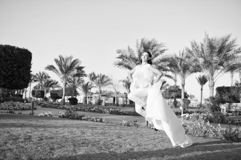 Полностью счастливый Предпосылка природы солнечного дня платья свадьбы невесты роскошная белая троповая Троповая свадьба Милая же стоковые изображения