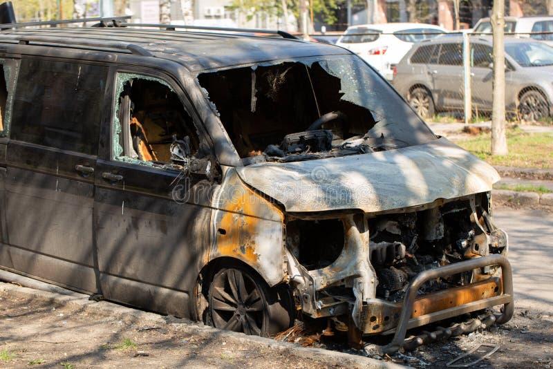 Полно сгорел минифургон отказываться от на стороне улицы стоковые фото