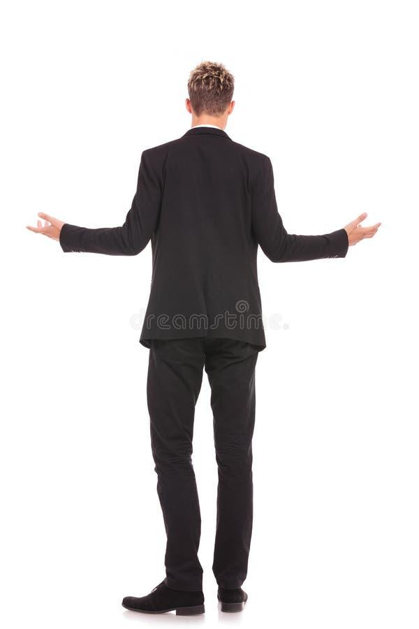 Полный взгляд задней части тела приветствовать бизнесмена стоковое фото