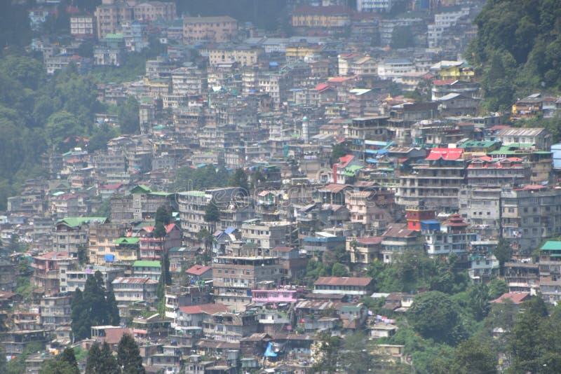 Полный вид на город darjeeling Индии стоковая фотография