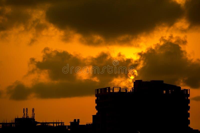 Полный город ожога солнца на зоне chaktai khal Читтагонга, Бангладеша стоковое фото rf