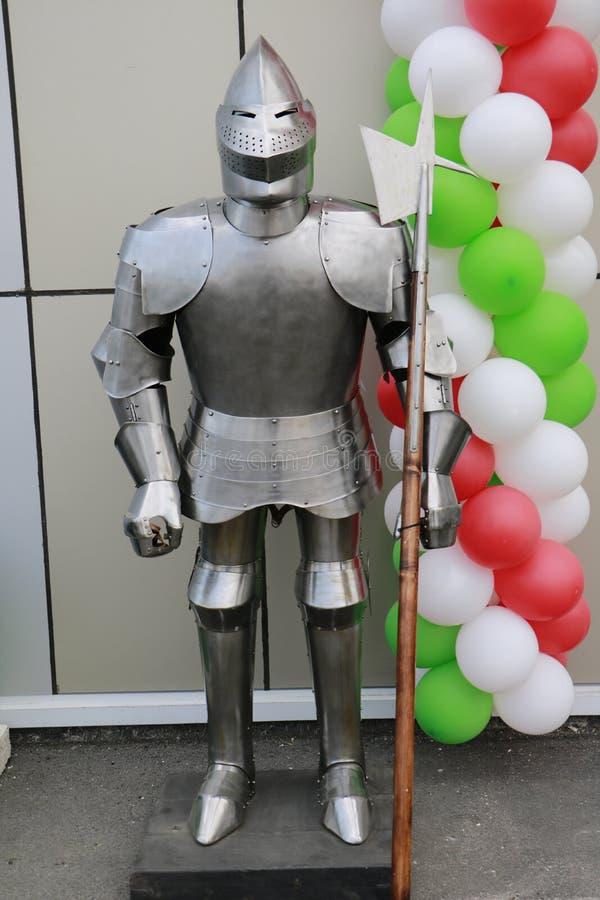 Полный костюм панцыря и оружия рыцаря на улице на предпосылке воздушного шара стоковое изображение rf