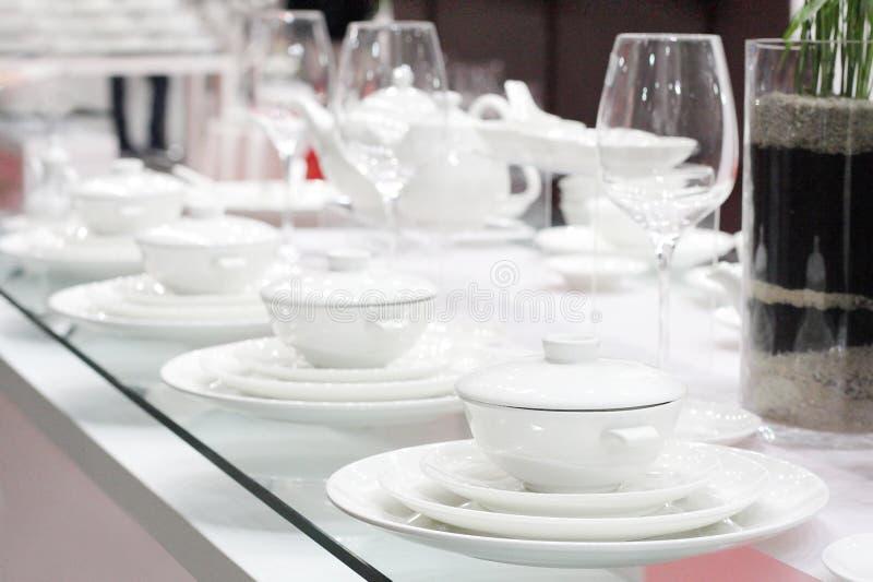 Полный набор белых стекел изделий и стекла стоковая фотография rf