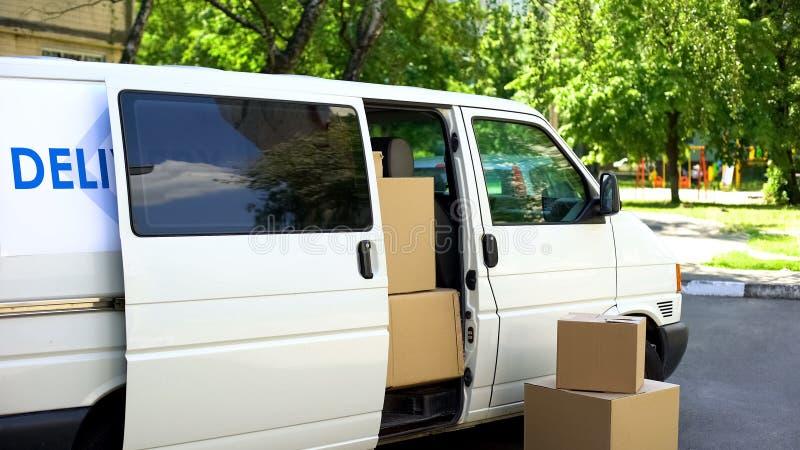 Полный положения на улице, перехода фургона картонных коробок обслуживания транспортной компании стоковые изображения rf
